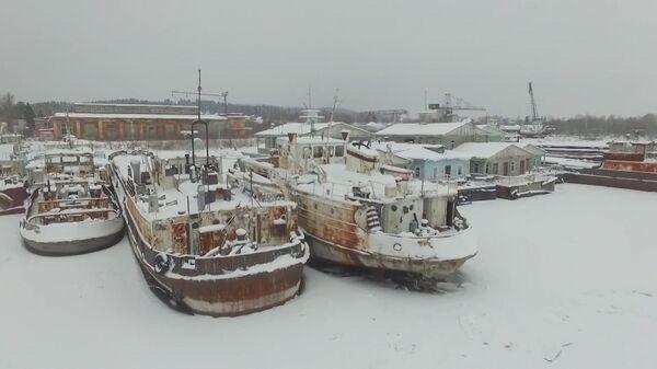 Кладбище кораблей на Каме: более 30 судов ржавеют на пристани