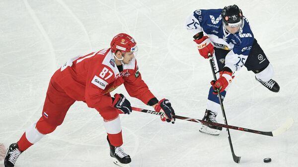 Форвард сборной России Максим Шалунов и нападающий сборной Финляндии Тони Раяла (слева направо)