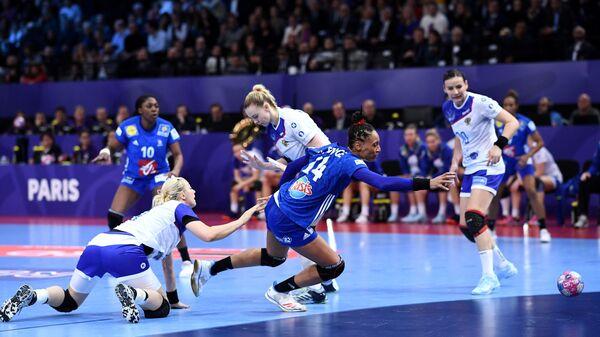 Игровой момент матча гандбольных сборных Франции и России