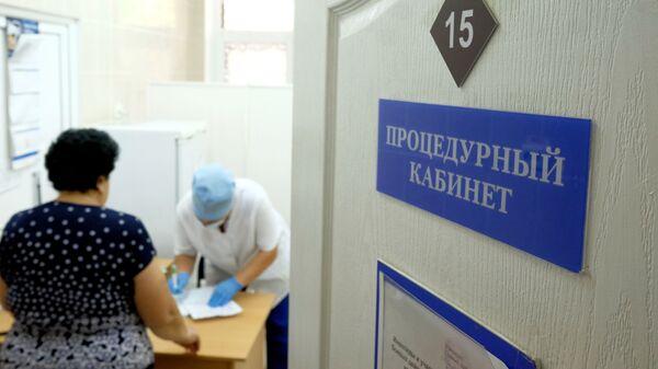 Женщина в процедурном кабинете одной из поликлиник Краснодара где проходит вакцинация против гриппа