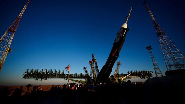 Вывоз и установка ракеты-носителя с пилотируемым кораблем Союз МС-02 на космодроме Байконур
