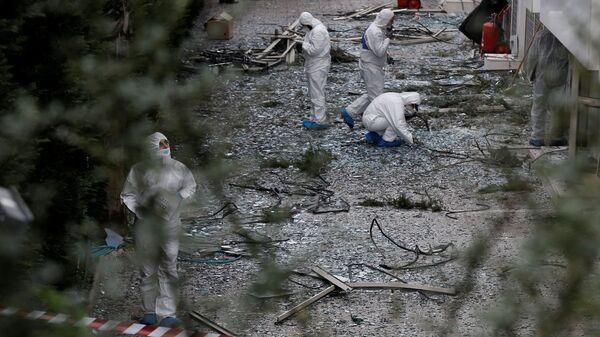 Сотрудники спецслужб на месте взрыва у здания телеканала в Афинах