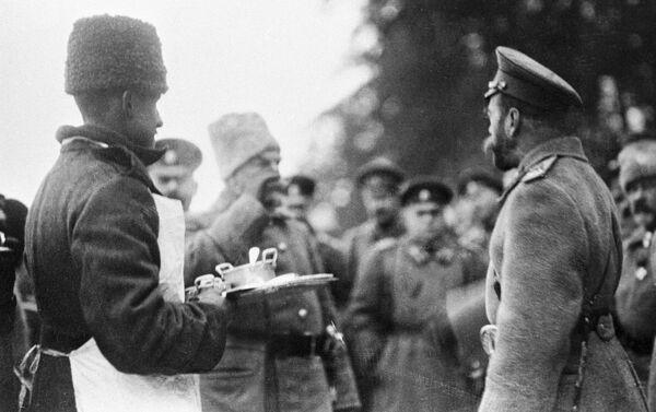 Николай II пробует солдатский обед