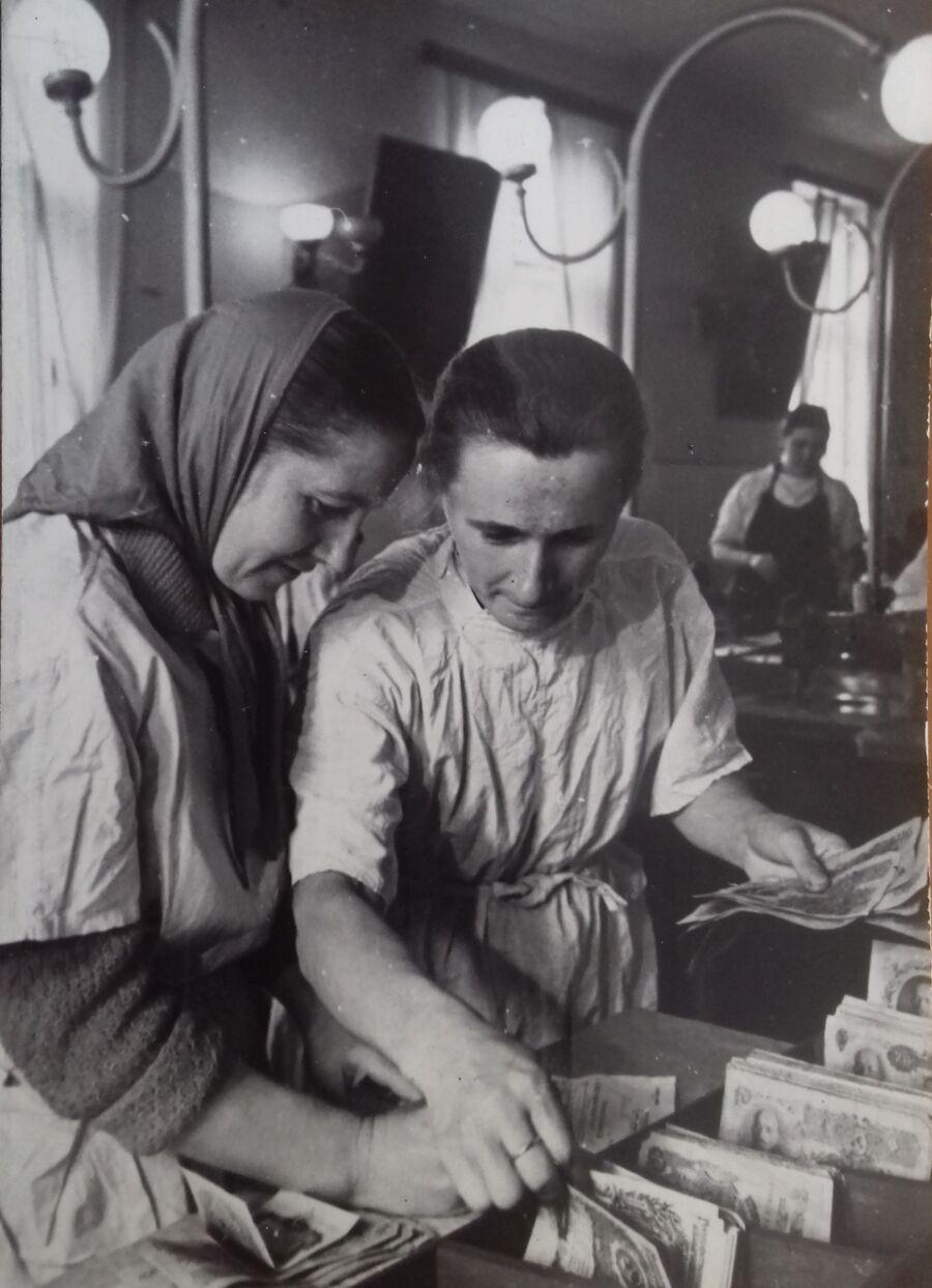 Работницы Львовской обувной фабрики получают заработную плату деньгами образца 1947 года