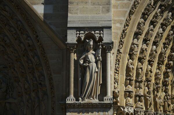 Скульптура между порталами западного фасада собора Парижской Богоматери