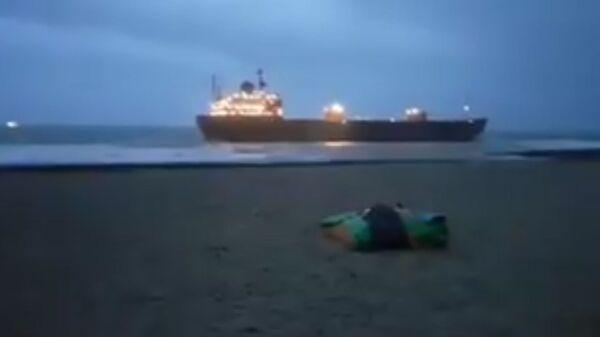 Скриншот видео, где судно Кузьма Минин село на мель у берегов Великобритании