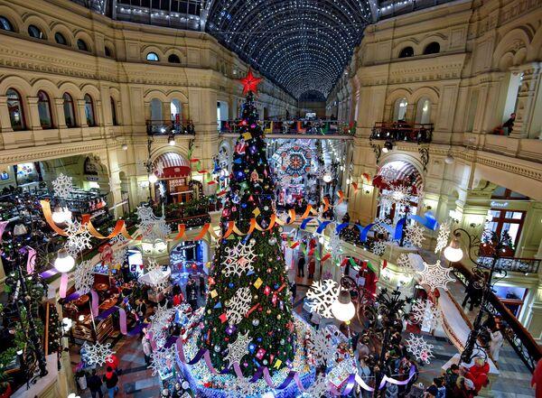 Новогодняя елка в торговом центре ГУМ в Москве