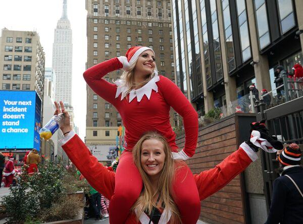 Девушка в костюмах Санта-Клауса в Нью-Йорке