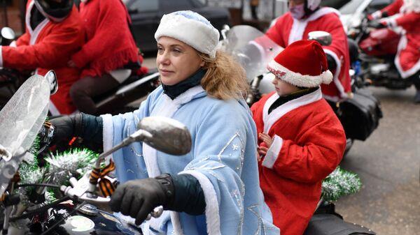 Участница фестиваля-конкурса Санта Клаус отдыхает – на арене Дед Мороз в Евпатории