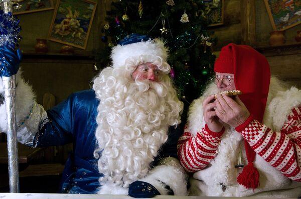 Российский Дед Мороз встречается с норвежским Юлениссеном во Дворце российской трапезы на территории культурно-развлекательного комплекса Кремль в Измайлово
