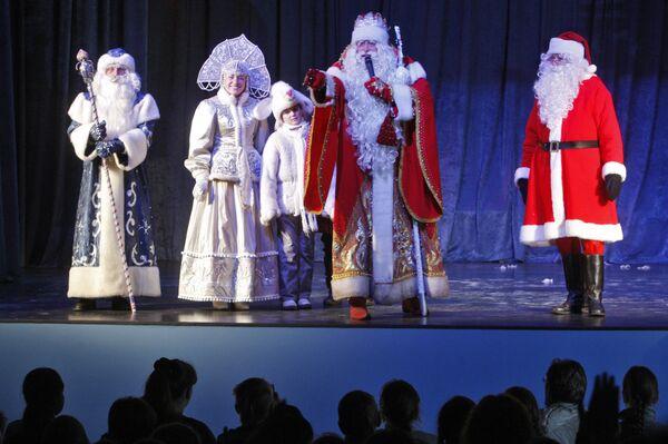 Дед Мороз и эстонский Йыулувана на праздничной встрече в Выборге