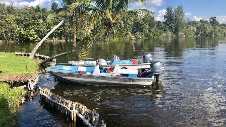 Лодки на реке, Куба