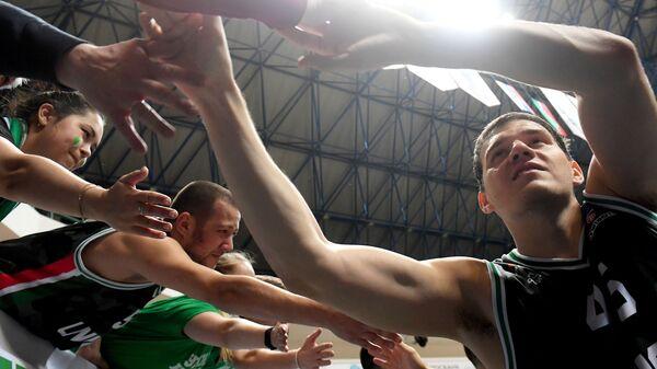 Игрок БК УНИКС Максим Шелекето (справа)
