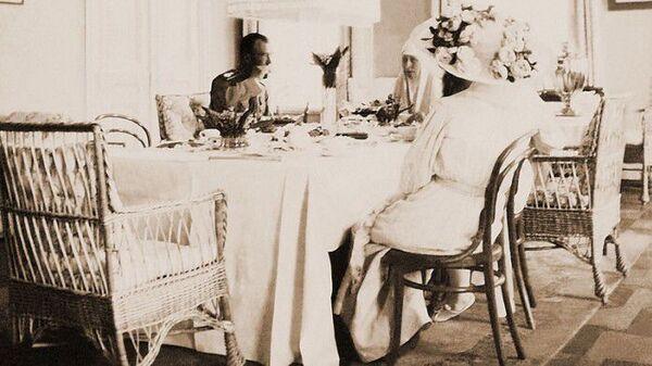 Николай II c супругой на обеде у Елизаветы Федоровны
