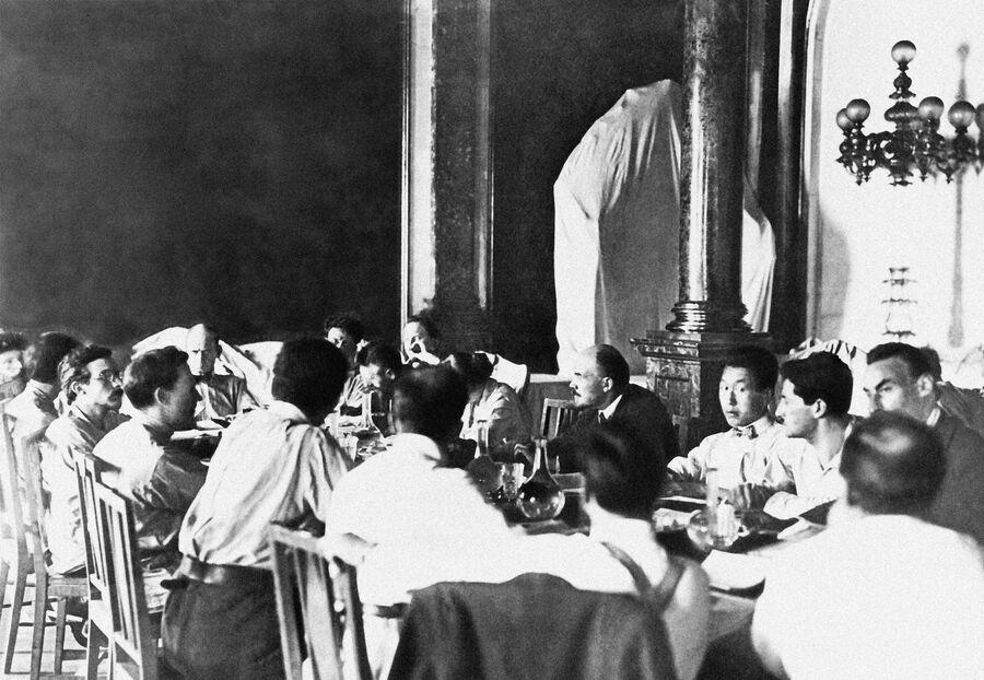 Владимир Ленин в Кремле на заседании одной из комиссий II конгресса Коминтерна. Москва