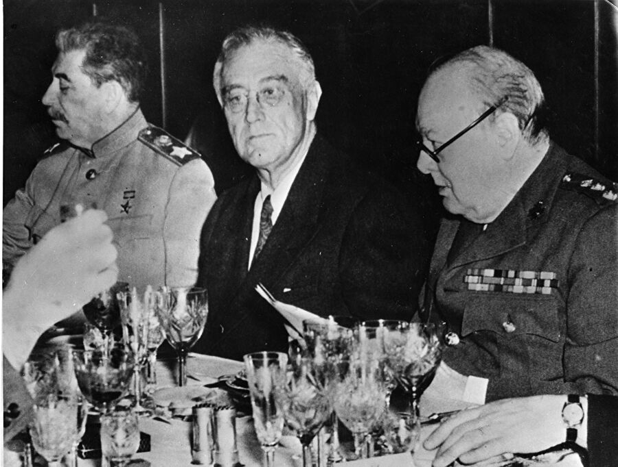 Иосиф Сталин, Франклин Рузвельт и Уинстон Черчилль во время финального ужина в Ялте. 11 февраля 1945