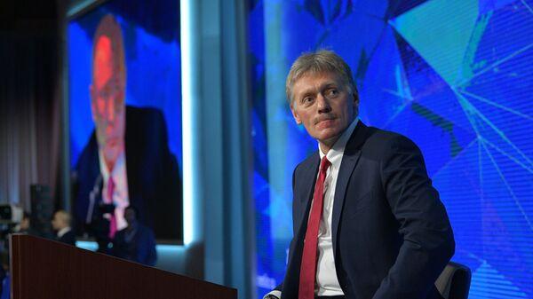 Пресс-секретарь президента РФ Дмитрий Песков перед началом ежегодной большой пресс-конференции президента РФ Владимира Путина