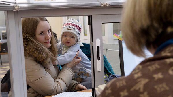 Молодая женщина с ребенком получает консультацию