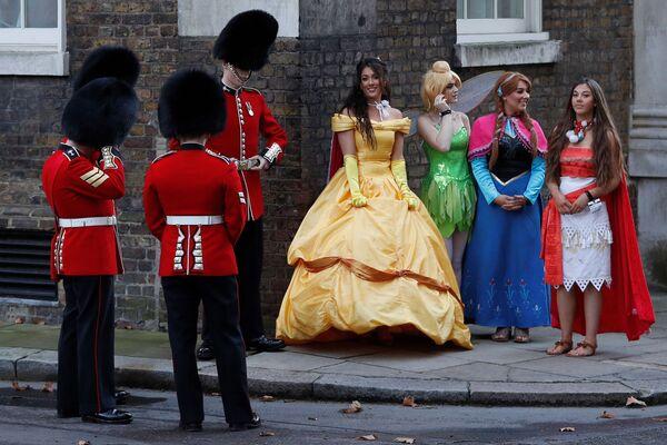Валлийская гвардия и девушки в костюмах героев Диснея на Даунинг-стрит в Лондоне