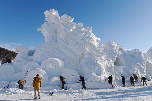 Скульптура дракона из снега и льда в Мохэ, Китай