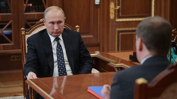 Президент РФ Владимир Путин во время встречи с председателем правительства РФ Дмитрием Медведевым