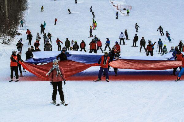 Отдыхающие на открытии горнолыжного сезона на турбазе Гора Соболиная в Байкальске