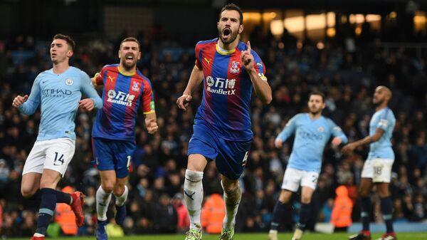 Футболисты Кристал Пэлас радуются забитому мячу в ворота Манчестер Сити