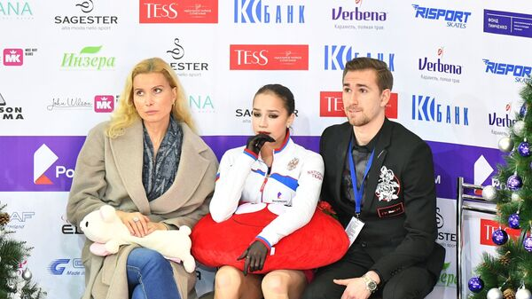 Алина Загитова (в центре) Этери Тутберидзе и Даниил Глейхенгауз