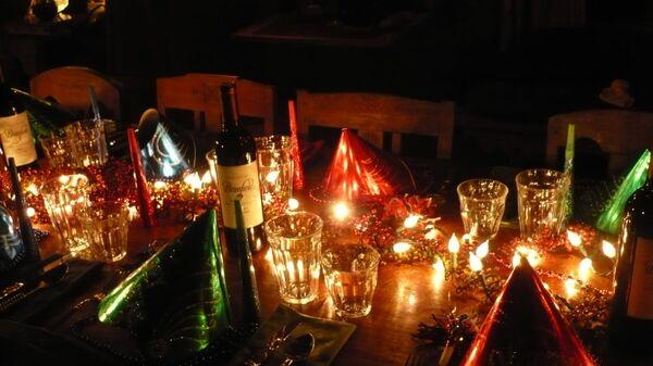 Новогодний стол с гирляндой