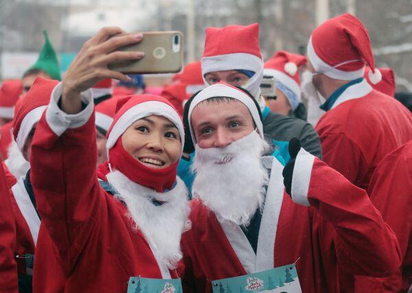 Участники благотворительного забега Дедов Морозов на ВДНХ в Москве
