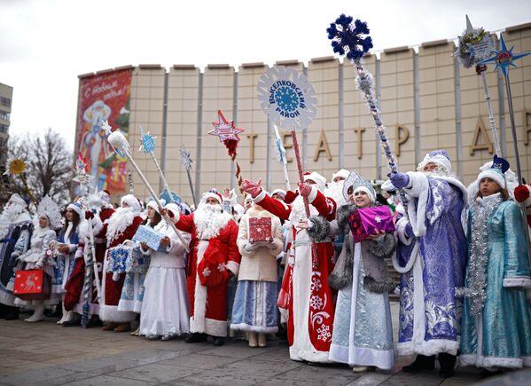 Дед Морозы и Снегурочки во время парада Дедов Морозов и Снегурочек и сказочных персонажей в Краснодаре
