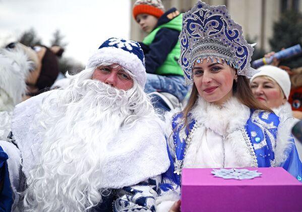 Дед Мороз и Снегурочка во время парада Дедов Морозов и Снегурочек и сказочных персонажей в Краснодаре
