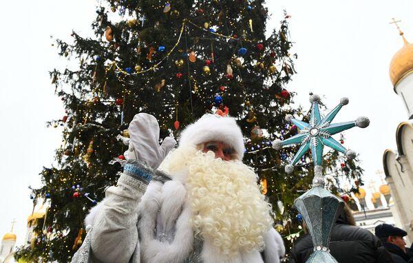 Дед Мороз у новогодней елки на Соборной площади Московского Кремля