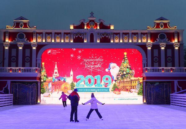 Посетители на фестивале Путешествие в Рождество в Новопушкинском сквере в Москве
