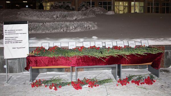 Цветы на месте поминовения погибших соликамских горняков у здания управления ПАО Уралкалий