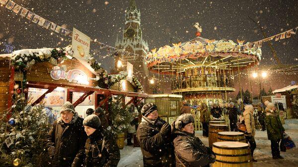 Посетители ярмарки на Красной площади