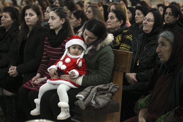 Прихожане на рождественском богослужении в иракском городе Каракош