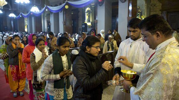Причастие во время рождественской полуночной мессы в соборе Святого Иосифа в Аллахабаде