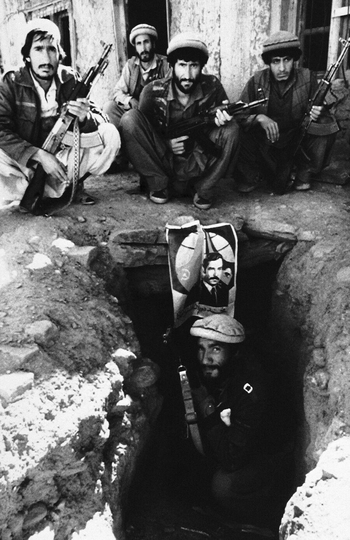 Афганские моджахеды у входа в туннельный комплекс в Кунаре