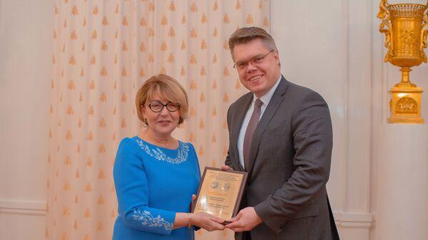Элеонора Митрофанова и Василий Пушков с почетным знаком партнера программы Новое поколение