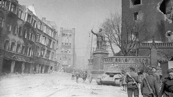 Солдаты на разрушенных улицах Кенигсберга
