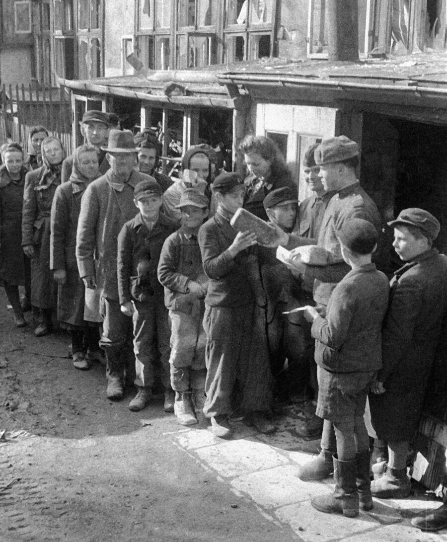 Советские воины раздают хлеб жителям города Бреслау в годы Великой Отечественной войны