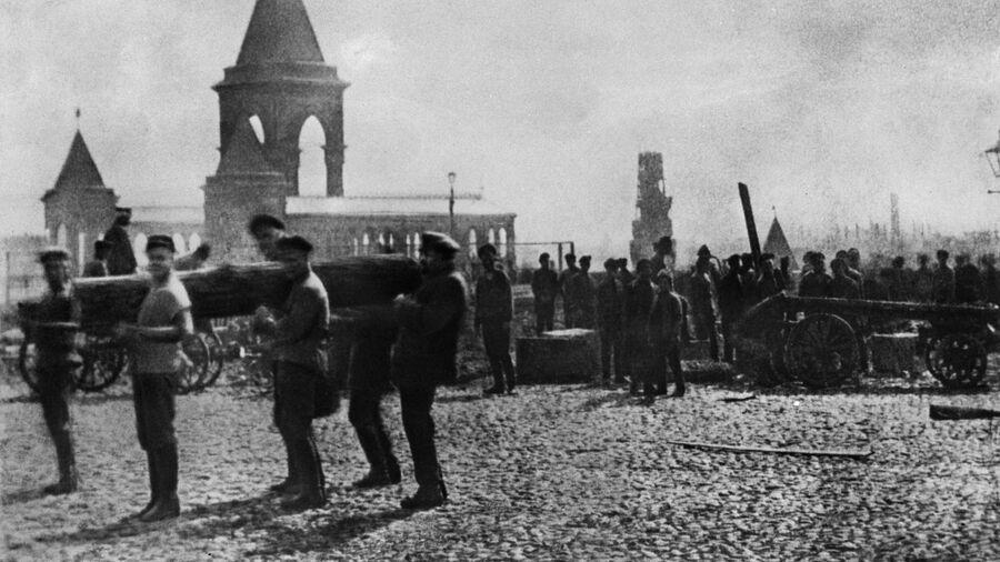 Владимир Ленин  в Кремле на первом Всероссийском коммунистическом субботнике. 1 мая 1920 года