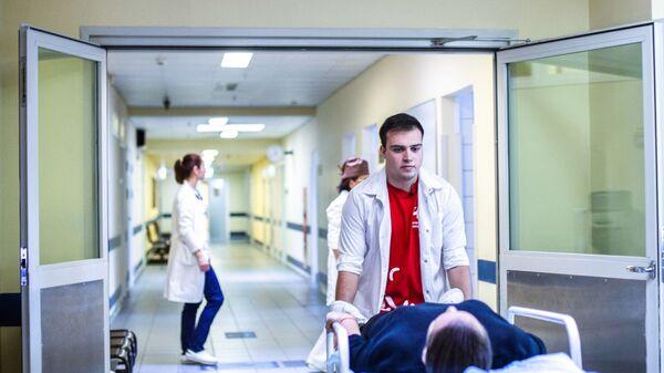 Волонтеров в больницах и поликлиниках России стало вдвое больше