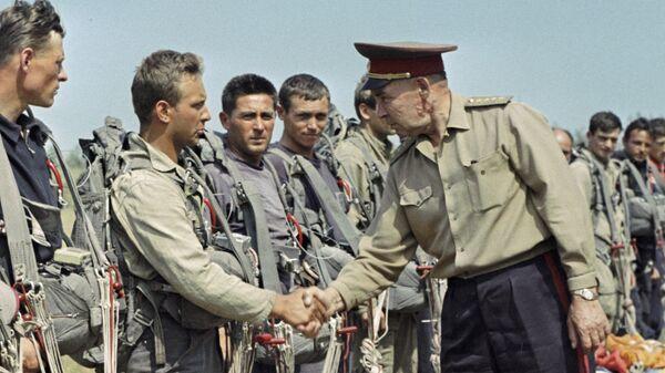 Командующий ВДВ идет вдоль строя десантников и пожимает им руку