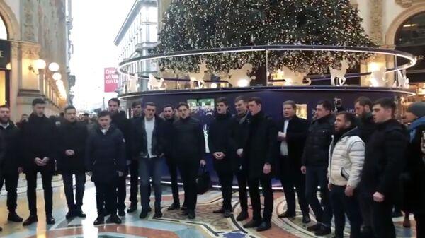 Стоп-кадр видео Хора Киевской духовной академии и семинарии во время праздничного рождественского флешмоба в Милане  в поддержку канонической Украинской православной церкви и митрополита Онуфрия