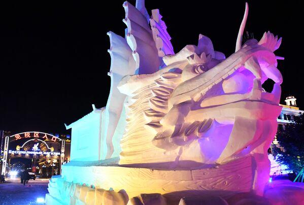 Снежная скульптура на международном фестивале снега и льда в городе Маньчжурия
