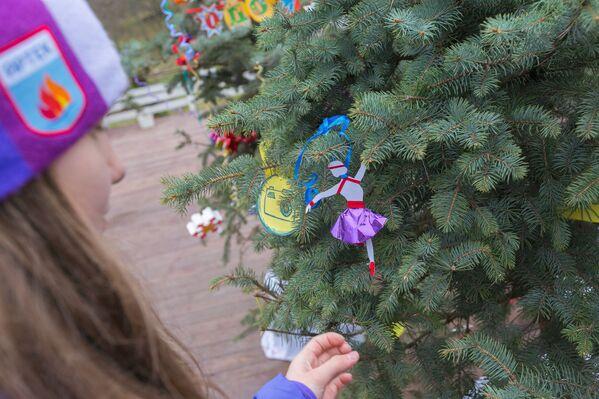 Артековец украшает елку своей работой
