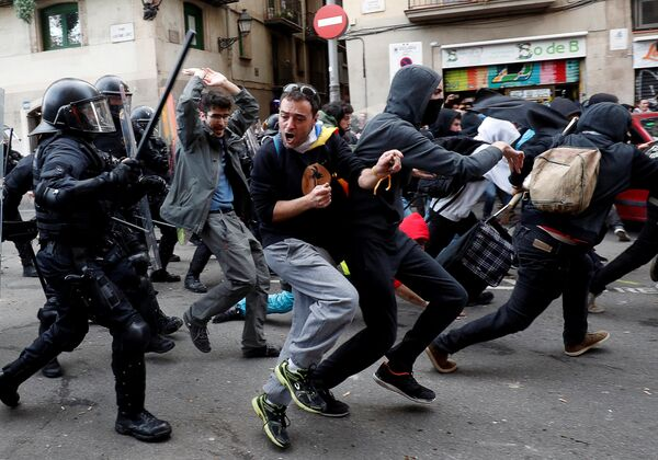 Столкновение демонстрантов с полицией во время протеста против заседания Кабинета министров Испании в Барселоне