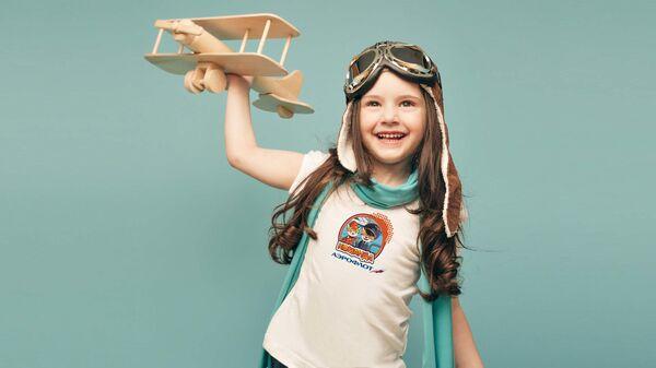 Девочка с игрушечным самолетом